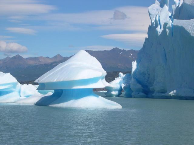 Upsala_glacier_near_icebergs_